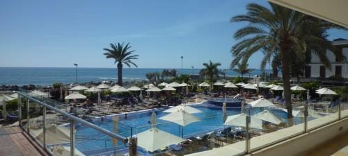 Blick auf das Meer und Pool