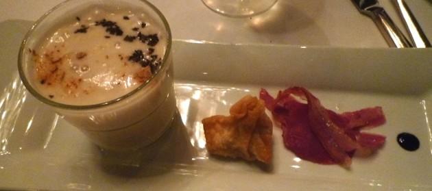 Latte Macchiato vom Perigord –Trüffel, mit Kalbsbriesherzen und krossem Panchetta