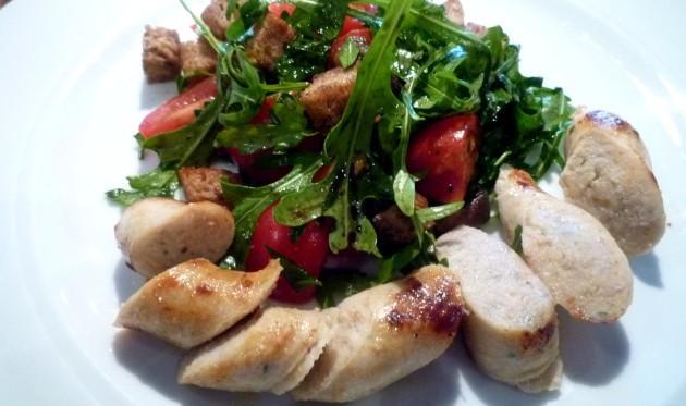 1. Gang Tomaten-Brot Salat mit Fischbratwurst