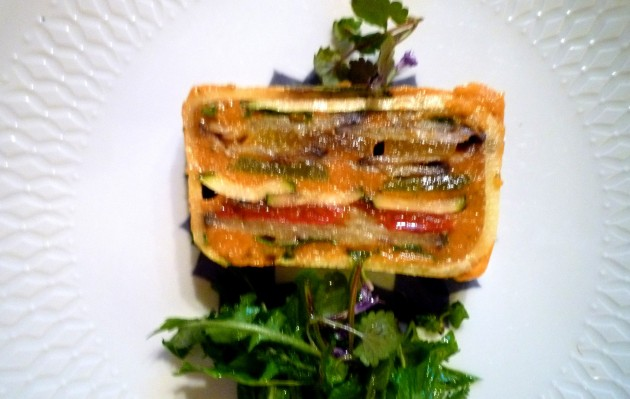 Gemüseterrine mit einem Wildkräutersalat