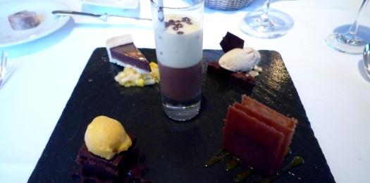 Verschiedenes von Valrhonaschokolade und Mango mit Bananen-Toffee-Eis