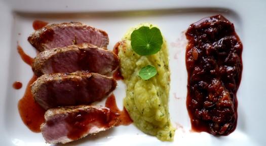 Schweinefilet mit Zwetschgen - Chutney  und Kartoffelpüree