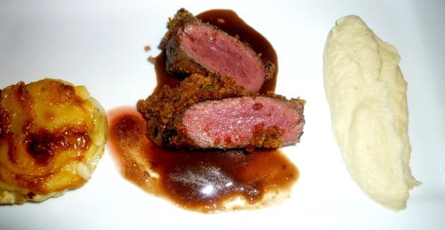 Rehrücken mit Lebkuchenmantel - Petersilienwurzelmousse - Kartoffelgratin - Rotweinsauce
